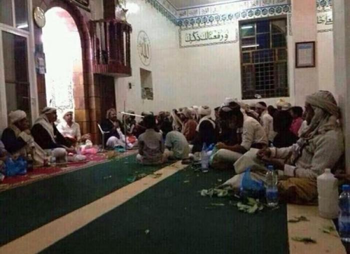 """انتهاك حُرمات المساجد.. """"طائفية حوثية"""" في بيوت الله"""