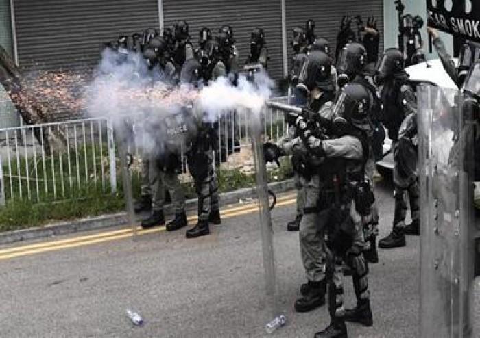 شرطة هونج كونج تطلق الغاز المسيل للدموع لإنهاء إحتفال مناهض للحكومة