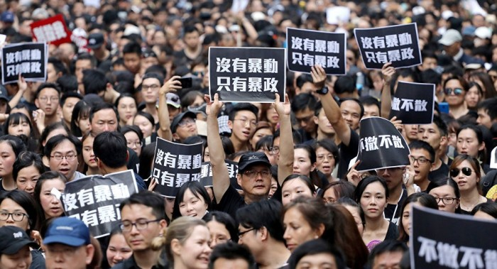 الحكومة الصينية تلوح باحتمالية تدخل الجيش لإخماد احتجاجات هونغ كونغ