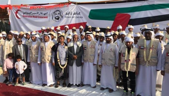 """الأعراس الجماعية.. """"بسماتٌ إماراتية"""" على أوجه يمنية نال من القهر"""