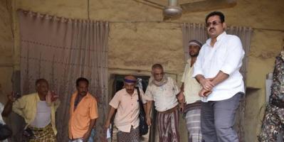 انتقالي لحج يسلم المساعدات المالية لمتضرري الأمطار (صور)