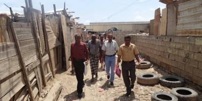 بدعم الانتقالي..توزيع مساعدات للأسر المتضررة من حريق حي الإرسال بالممدارة (صور)