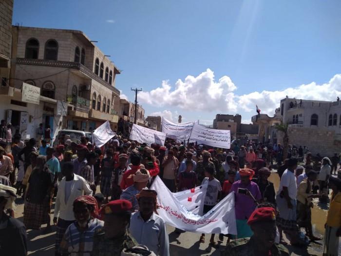 عاجل..انطلاق مسيرة حاشدة في سقطرى للمطالبة برحيل المحافظ (صور)