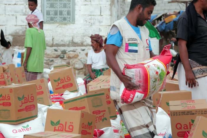 بدعم إماراتي..توزيع 2200 سلة غذائية على أهالي أرياف المكلا بحضرموت (صور)
