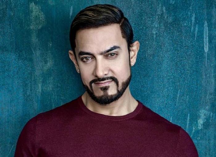 النجم الهندي عامر خان يروج لهذا الفيلم (صورة)