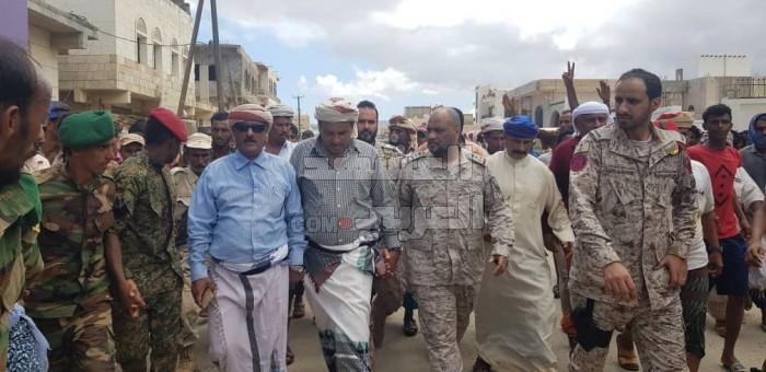 """قائد التحالف بسقطرى ينقل رسالة المتظاهرين بعزل المحافظ الإخواني لـ """"هادي"""" (فيديو)"""