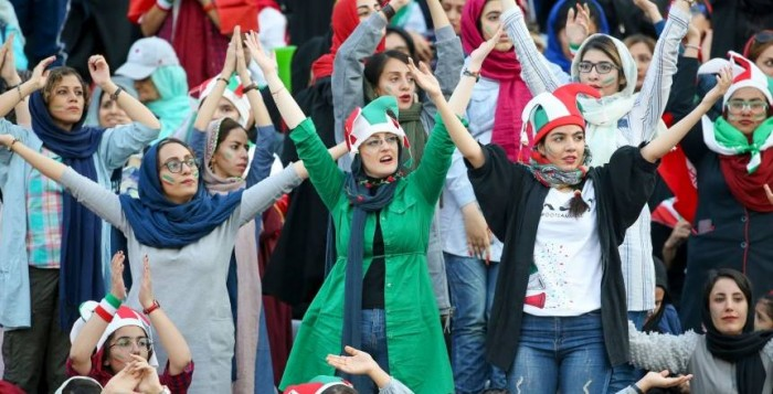 الفيفا يصف حضور السيدات لمباراة إيران وكمبوديا ببداية الرحلة