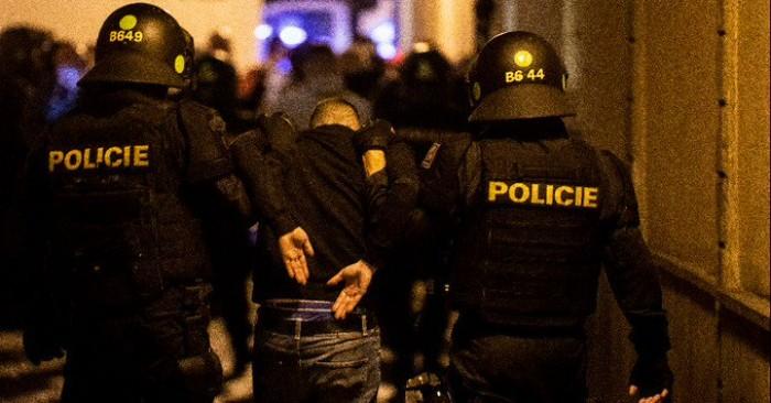 القبض على 10 مشجعين إنجليز بعد مشادات مع الشرطة التشيكية