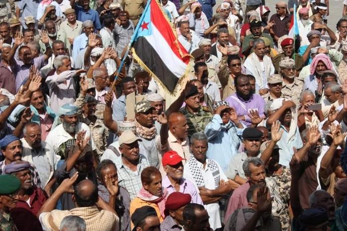 منتسبو الجيش الجنوبي يحتجون أمام مكتب الأمم المتحدة في عدن (صور)