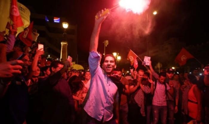الاحتفالات تشعل شوارع تونس بعد إعلان نتائج الانتخابات الرئاسية (صور)