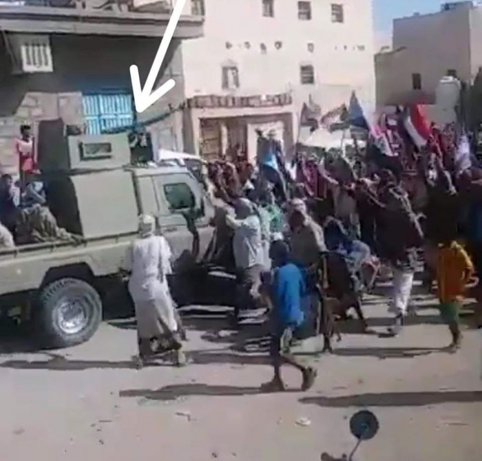 مصفحة مليشيات الإخوان تدهس المتظاهرين في شبوة (فيديو)