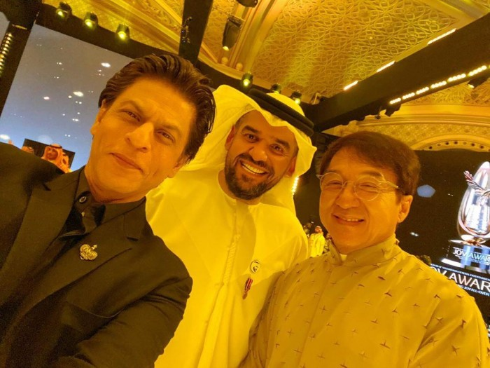 شاهد حسين الجسمي بصحبة النجمان جاكي جان وشاروخان في موسم الرياض