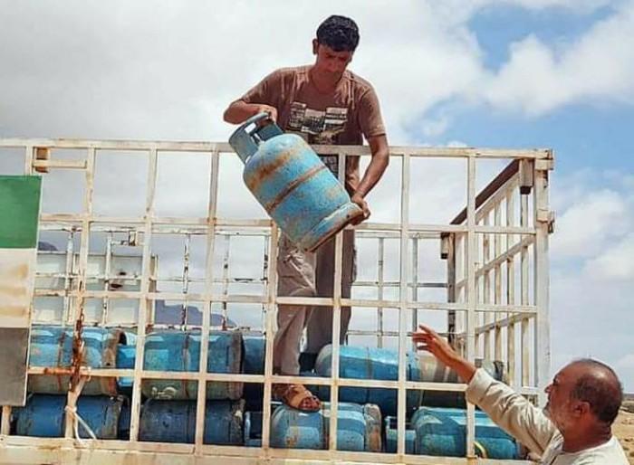 بدعم إماراتي.. توزيع 119 إسطوانة غاز بمناطق جنوب سقطرى (صور)