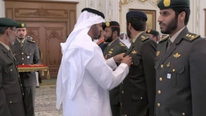 """ولي عهد أبوظبي يقلد عددا من منتسبي القوات المسلحة أوسمة """"المجد"""" و""""الإمارات"""""""