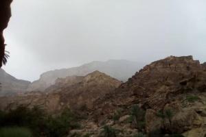 أمطار متوسطة إلى غزيرة تهطل على أجزاء من الشحر (صور)