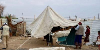 بدعم سعودي..توزيع مساعدات إيوائية للنازحين من صعدة إلى مأرب (صور)