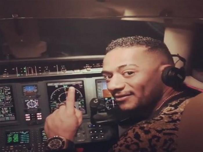 أول تعليق لمحمد رمضان بعد قيادته طائرة (فيديو)