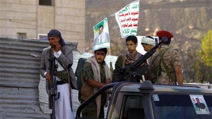 """مليشياتٌ تقتل وتجوِّع.. """"100 قيد حوثي"""" على توزيع المساعدات"""