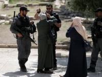 قوات الاحتلال الإسرائيلي يهاجمون المزارعين الفلسطينيين بقنابل الغاز