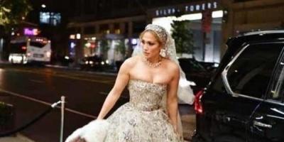 بالصور.. جينيفر لوبيز تتألق بفستان الزفاف في شوارع نيويورك