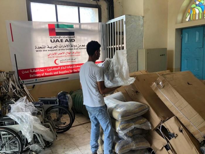 هلال الإمارات يقدم مساعدات لدار المسنين بعدن (صور)