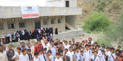 الهلال الإماراتي يقدّم كراسي مدرسية لثلاث مدارس في يافع (صور)