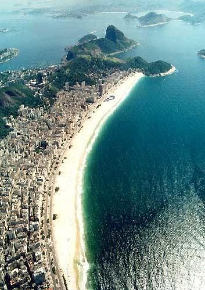 تلوث نفطي مجهول يعكر مياه أجمل شواطئ البرازيل