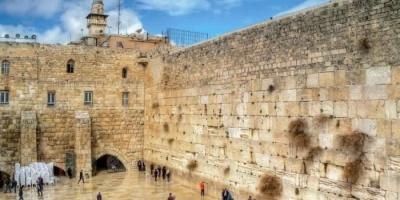 آلاف المستوطنين يقتحمون حائط البراق ويؤدون طقوس تلمودية