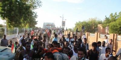إصابة 27 طالبًا بالسودان خلال اشتباكات مع موالين لحزب البشير