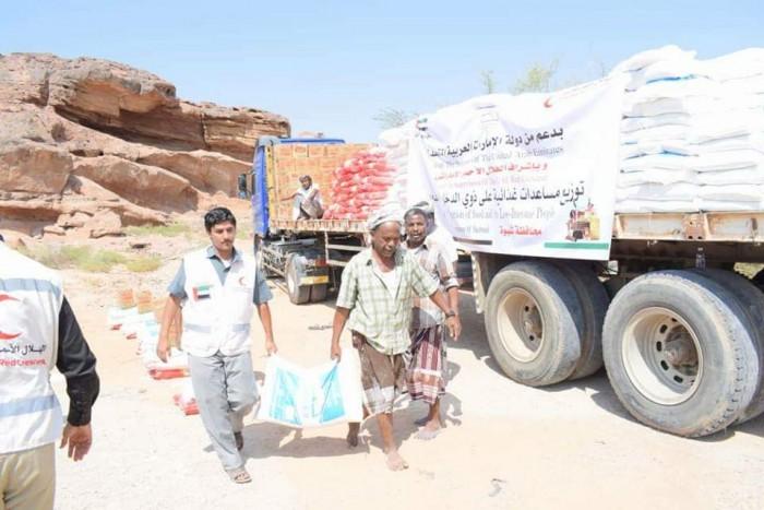 بدعم إماراتي..توزيع 300 سلة غذائية على محدودي الدخل بشبوة (صور)