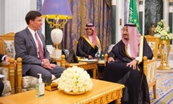 العاهل السعودي يستقبل وزير الدفاع الأمريكي بالرياض