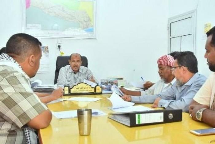 مناقشة تنفيذ عدد من المشروعات في غيل باوزير..تفاصيل