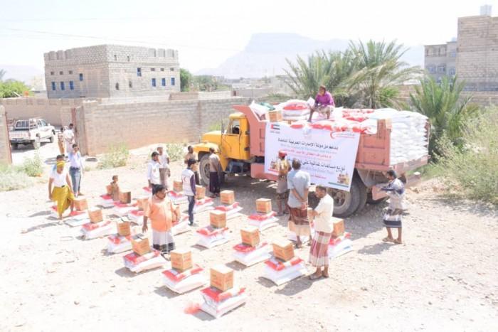 بدعم إماراتي ..توزيع 125 سلة غذائية في مديرية الروضة بشبوة (صور)