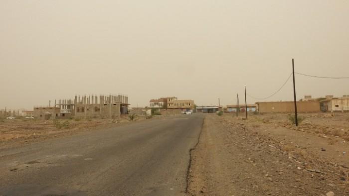 مليشيات الحوثي تستهدف مواقع القوات المشتركة والأحياء السكنية في حيس