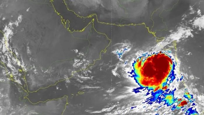 تخوفات من تحول العاصفة المدارية ببحر العرب إلى إعصار