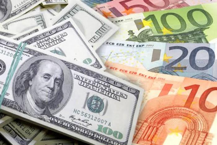 الدولار يرتفع أمام اليورو والإسترليني بدعم آمال التجارة