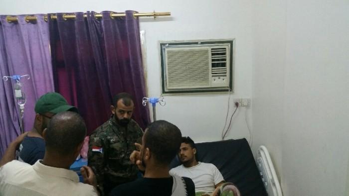 قائد بالحزام الأمني يزور مصابي التفجير الإرهابي بالشيخ عثمان