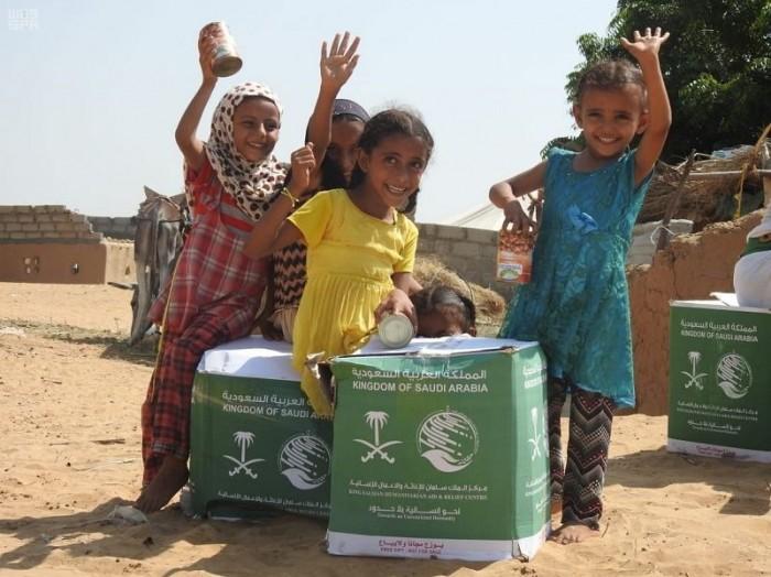 توزيع مساعدات سعودية على أهالي قرية الذراع بمديرية حرض (صور)