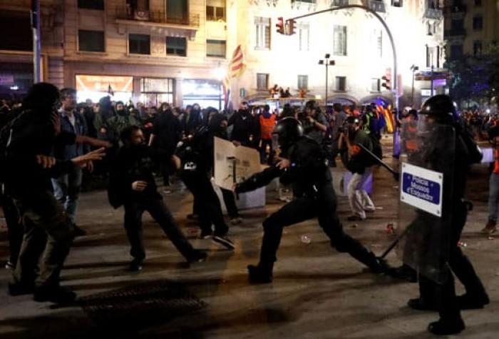 الشرطة الإسبانية تتدخل لتفريق محتجين مطالبين باستقلال كتالوني