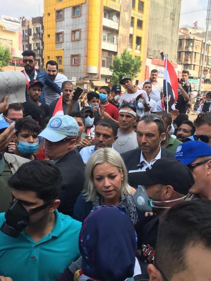 الممثلةُ الخاصةُ للأمم المتحدة بالعراق تزور المحتجين بساحة التحرير