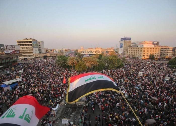 متظاهرون عراقيون يقطعون أغلب شوارع بغداد ويدعون إلى عصيان مدني