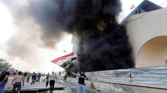 اشتباكات بين الأمن والمتظاهرين أمام القنصلية الإيرانية بكربلاء
