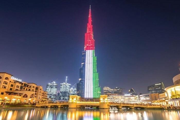 """برج خليفة يتزين بألوان العلم الإماراتي احتفالا بـ""""يوم العلم"""""""