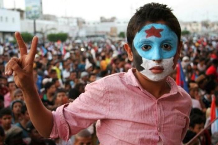 صحفي يُطالب الجنوبيين بالاحتفال بعد توقيع اتفاق الرياض