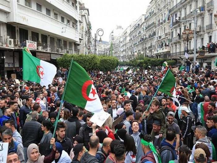 عشرات القضاة يحتجون في الجزائر بعد تعرض أحد زملائهم للقمع