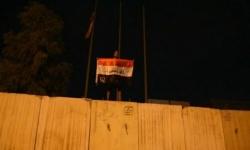 """المتظاهرون العراقيون يرفعون لافتات """"مغلق بأمر الشعب"""" أمام القنصلية الإيرانية"""