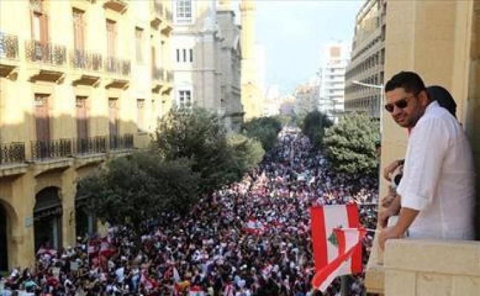 احتشاد اللبنانيون أمام عدد المؤسسات والهيئات العامة والخاصة لليوم 21 على التوالي