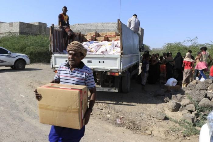 بدعم إماراتي..توزيع مساعدات على المتضررين من القصف الحوثي على المخا (صور)