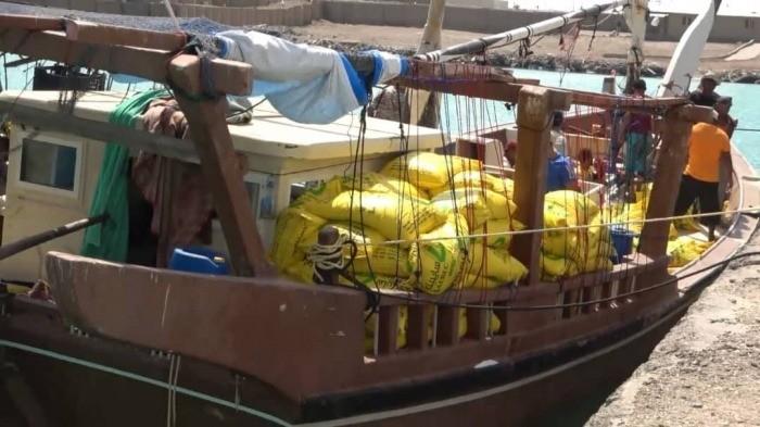فيديو يوثّق إحباط تهريب مواد متفجرة على متن مركب للحوثيين