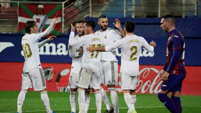 بنزيما يضع ريال مدريد في المقدمة أمام إيبار بثلاثية